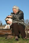 Frau streichelt Parson Russell Terrier / woman is fondling PRT