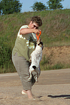 Frau spielt mit Parson Russell Terrier / woman plays with PRT