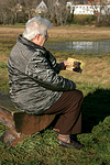 Frau schaut Bild an / woman is looking at picture