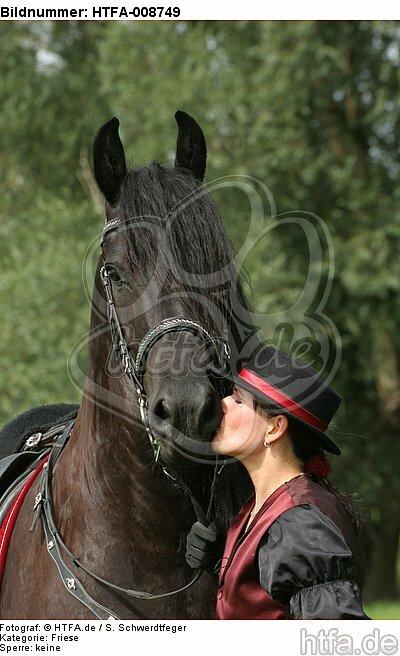 Frau k�sst Friese / woman is kissing friesian horse / HTFA-008749